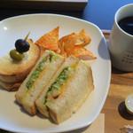 イセタン羽田ストア カフェ - エビとアボカドのサンドイッチ ドリンクとあわせて1200円