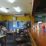 かっちゃんラーメン - 「かっちゃん」カウンター席とテーブル席