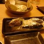 漁師小屋「麦穂」 - 奥:蛤の酒蒸し、手前:特製オイルサーディン