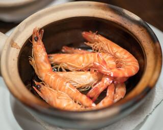 東京チャイニーズ 一凛 - 2016.8 酔っ払い海老を土鍋に入れて紹興酒で蒸し上げます