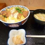 食堂 じみち - 素朴な味の味噌汁と漬物もついて満足のかつ丼です