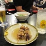 長浜ラーメン 風び - 角ハイとおでんのスジ串、友人はミニラーメンです。 ミニラーメンをメニューに置いてある店は少ないので、こちらはちょっと食べたい時にイイですね。