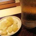 菊鮨 - ビールで乾杯!                             最初に出てきたのは、葉しょうが(谷中生姜)の酢漬け。