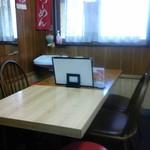 かし亀 - 店内テーブル席