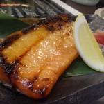 一斗五合 - ◆鮭ハラス、西京焼き(690円) 西京味噌のお味もよく、鮭の脂を感じて美味しい。 ツマミに最適ですが、ご飯にも合いますね。