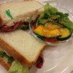 54608046 - ローストビーフサラダサンドと夏野菜サラダ