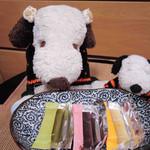 54628065 - こちらのお店では買ったのは、小豆、夏みかん、抹茶の                       3種類のお味が入ったものなんだ。個包装になってるので、                       バラしてお友だちに配れるのが便利だよね。