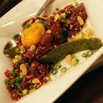 渋谷 桜丘 肉寿司 - とろ馬肉のこぼれ寿司(800円)2016年7月