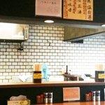 我流麺舞 飛燕 - '10・10・19 店内カウンターから厨房へ