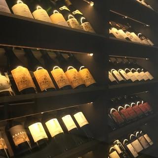ワインはイタリア産を中心に、自然派など多種多様に取り揃え