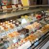 くるみや - 料理写真:定番シフォン、くるみやを長年支えて来たシュークリーム、季節限定商品が並ぶショーケース(2016.8.10)