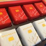 54645130 - 同店を代表する銘菓、ミルフィユ。キャラメル、ジャンドューヤ、ショコラの3種入りです。