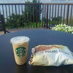 スターバックスコーヒー - Sコーヒーフラペチーノ410円(税込)とポテトチップス シーソルト205円(税込) 旅の疲れをカフェインとエネルギー補強して癒します。
