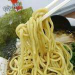 九ツ家 - 【2016.8.10(水)】焦がしにんにく油の醤油豚骨ラーメン(並盛)800円の麺