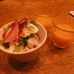 俺のハンバーグ シュシュ渡辺 - ハンバーグセットのサラダと野菜ジュース