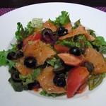 ティアラス - スモークサーモン・オリーブ・トマトのサラダ