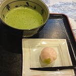 おまんじゅう三津森 - お抹茶とお饅頭(525円)にしました。 和菓子は季節感を重視して冬牡丹。