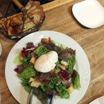 Vin&Fromage UnVerre - リヨン風サラダ1,300円とお通しのパン