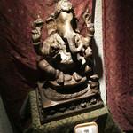 ガネー舎 - ゾウの銅像が店の入り口で迎えてくれる