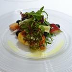 ラ・ファソン 古賀 - オマール海老の上新粉揚げ、  帆立貝、ネクタリン、ブルーベリーのサラダ仕立て