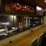 美酒美食 平田 - 店内は、カウンター7席と4人掛けテーブル2卓       オーナーの平田さんが、一人で切り盛りです。