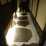 美酒美食 平田 - エレベーターを降りると、目の前に和の佇まい