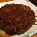 三 - 名物だという肉肉コロッケ(150円)、ソースたっぷりつけちゃいました(^_^;)