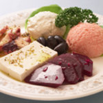 スパルタ - 前菜の盛り合わせ オリーブ、フェターチーズ、ビーツ、タコマリネ、タラモサラダ、ジャジキ