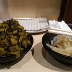 北海道恵比寿 - 入口の無料薬味からピリ辛もやしと辛子高菜を