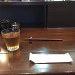 純喜 - カウンター席(お茶はノットセルフ・ペーパーおしぼり支給)
