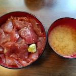 54707511 - 「一日三食限定!」山盛りマグロ丼(1090円)