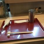 燃えよ麺助 - カウンター席(水はセルフ・紙おしぼり支給)