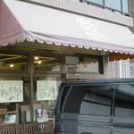 NOIX - お店の前に車は3台は駐められそうです。(自動販売機が撤去された分増えた?)