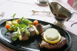 春陽亭 - Sコース 3,780円(サービス料10%別)のお肉料理(国産牛ランプステーキ)