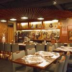 ミンスクの台所 - カウンターとテーブルで構成される35席の店内