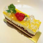 54722092 - マンゴーのケーキ 390円                       チョコスポンジとマンゴーのムース?キラキラしてるのはレモンジュレかな。