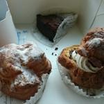 chocolat - 奥:フォンダンショコラ 手前右:ショコラインショコラ 手前左:プレーンのシュークリーム