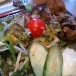 築地丸五 - 鶏からとサラダ