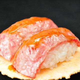 業界初、食べ歩きステーキ!肉が各種揃っています。