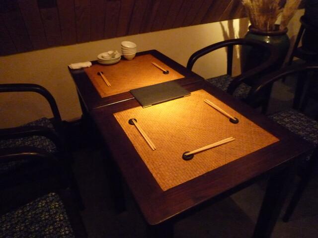 黒猫夜 六本木店 - こちらのテーブル席に通されました☆