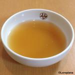 平壌冷麺食道園 - 黄金色に輝く上質な冷麺スープ