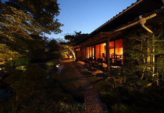 はくよ庵 - はくよ庵の日本庭園。夜のライトアップは幻想的です。