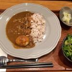 日本のお酒と馬肉料理 うまえびす - 馬肉燻製カレー+燻製半熟卵トッピング