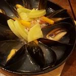 アサヒ クラフトマンシップブルワリー 東京 - クラフトビール(ヴァイツェン)で蒸し焼きしたフルーティな香り漂うフレッシュムール貝