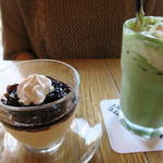 フラットホワイトコーヒーファクトリー - 抹茶ラテ580円とバリスタのプリン480円