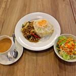 アジアティーク - ガパオライス、サラダ、チャイ