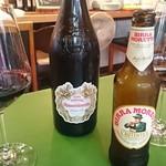54768720 - 赤ワインボトルとモレッティ
