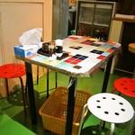 龍麺坊 - 店内(テーブル席)