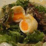 イタリアン居酒屋 にんたま屋台 - シーザーサラダの半熟卵を割ったところ(2016年8月来店)