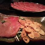 シャカ - 薄切りステーキ、ニンニクチップ
